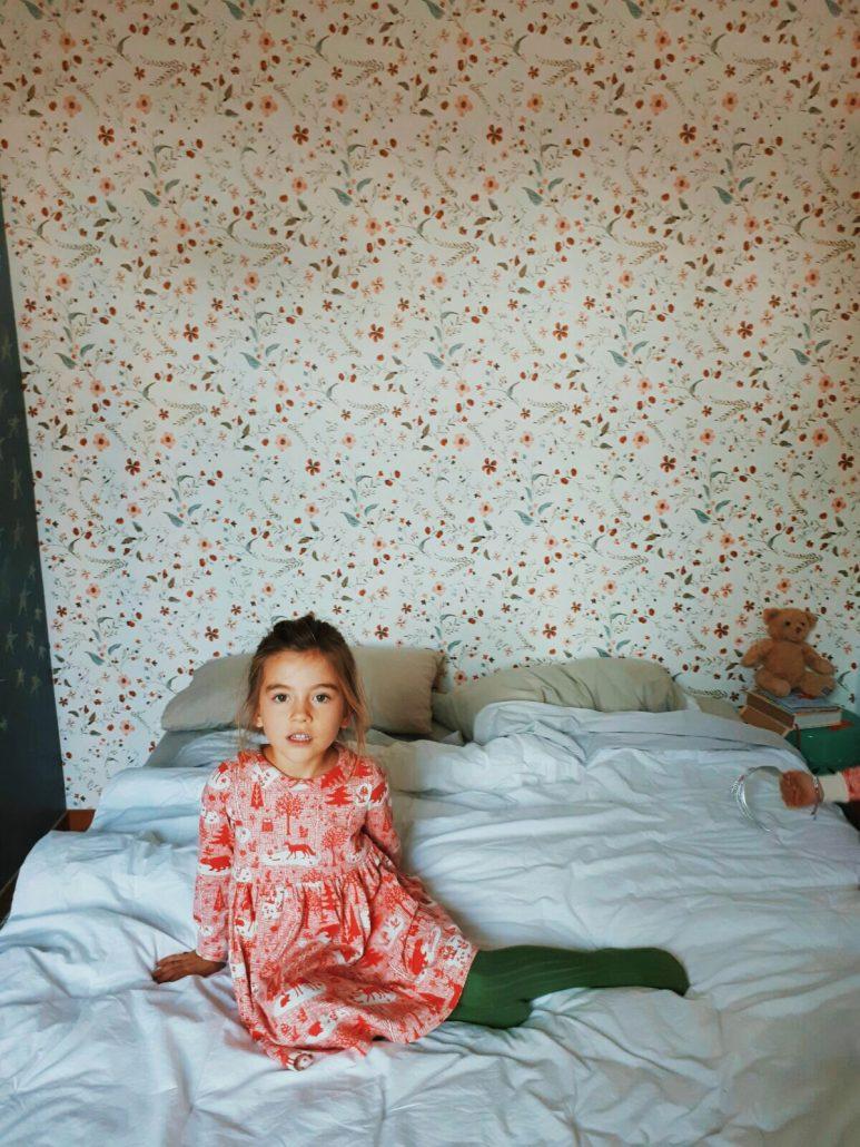 bambina indossa abbigliamento in cotone organico con stampa natalizia rosa