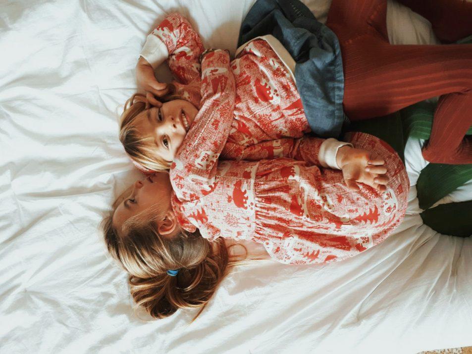 sorelle si abbracciano con abbigliamento coordinato in cotone organico