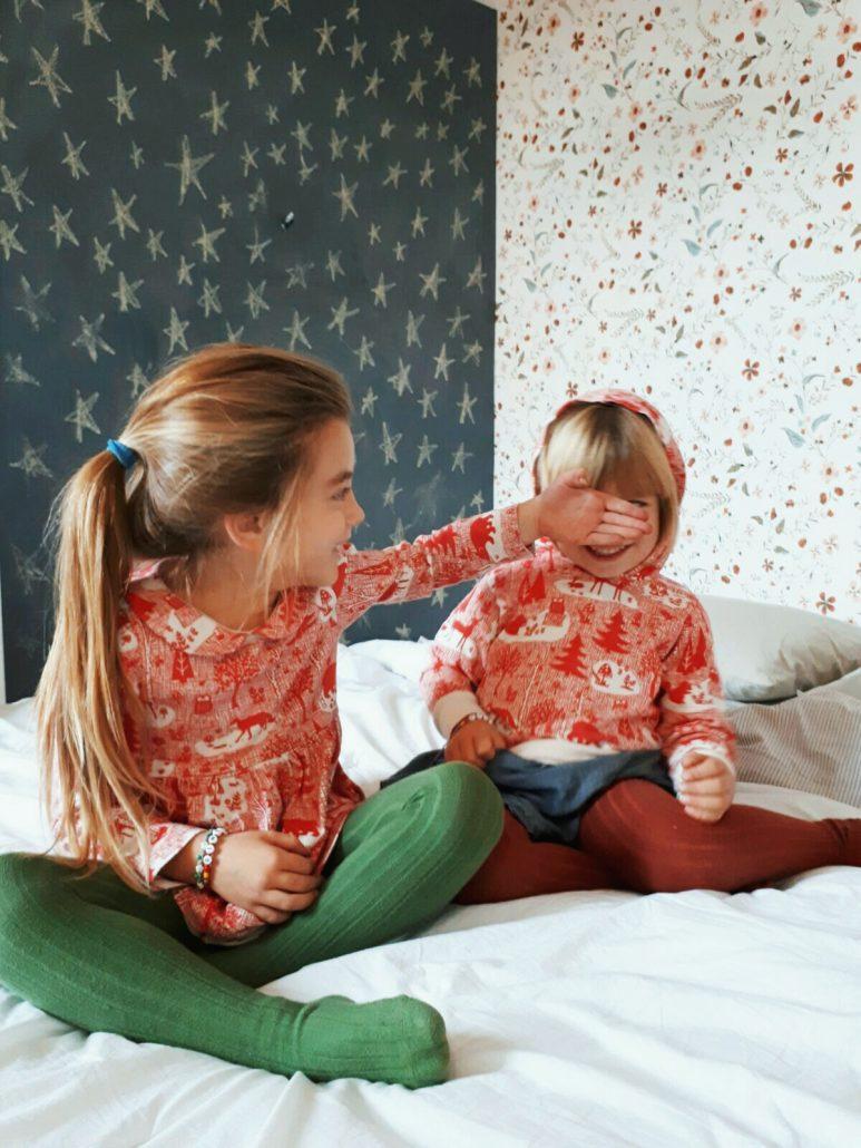 bambine indossano abbigliamento in cotone organico