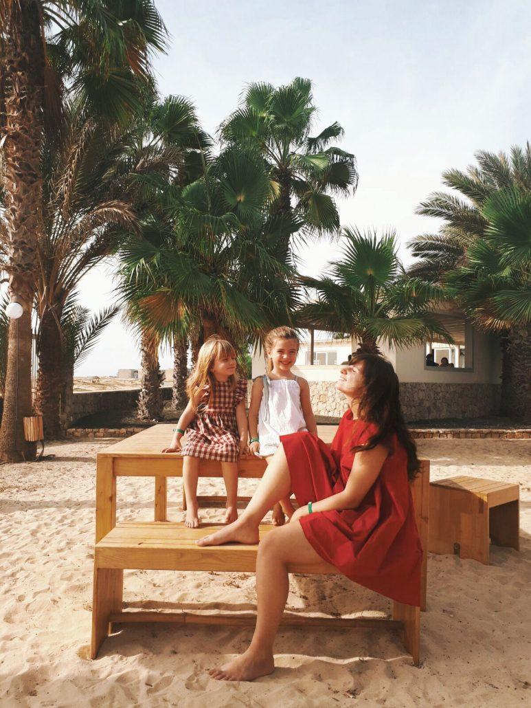 famiglia prende in sole nell isola di sal a capo verde