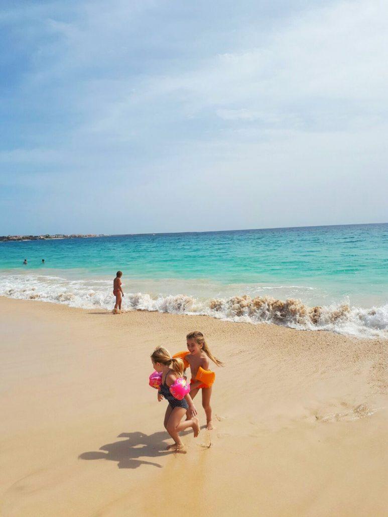isola di sal bambine corrono nella spiaggia