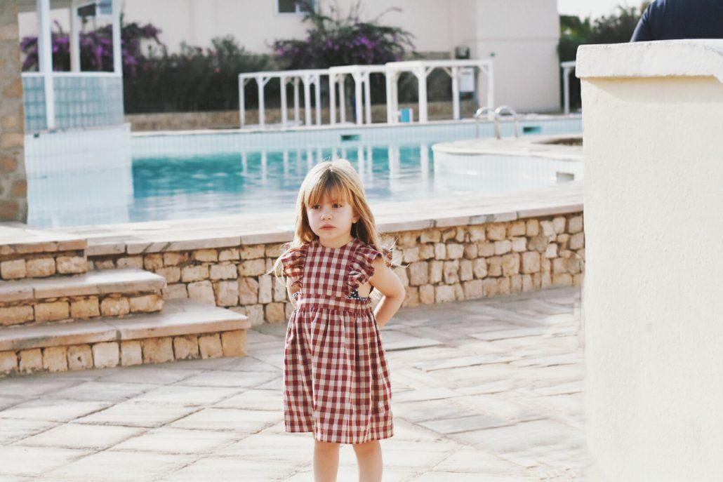 bambina in piscina nel resort crioula isola di sal capo verde