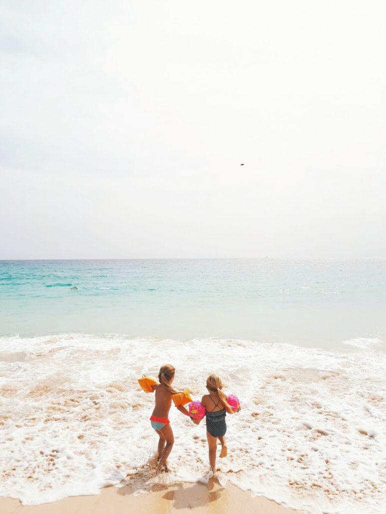 bambini in vacanza al mare nell isola di sal a capo verde