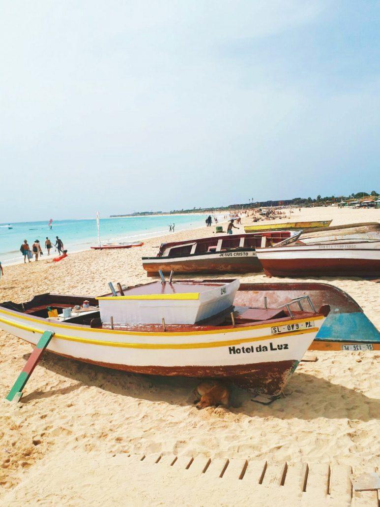 Barche in spiaggia nell' isola di sal a capoverde