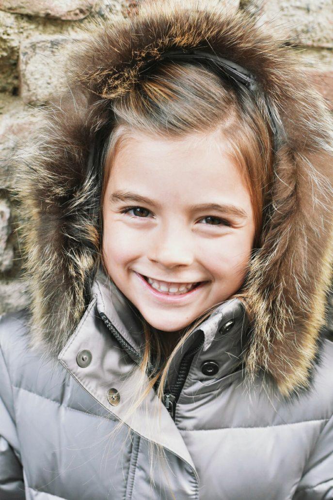 bambina indossa piumino con pelliccia