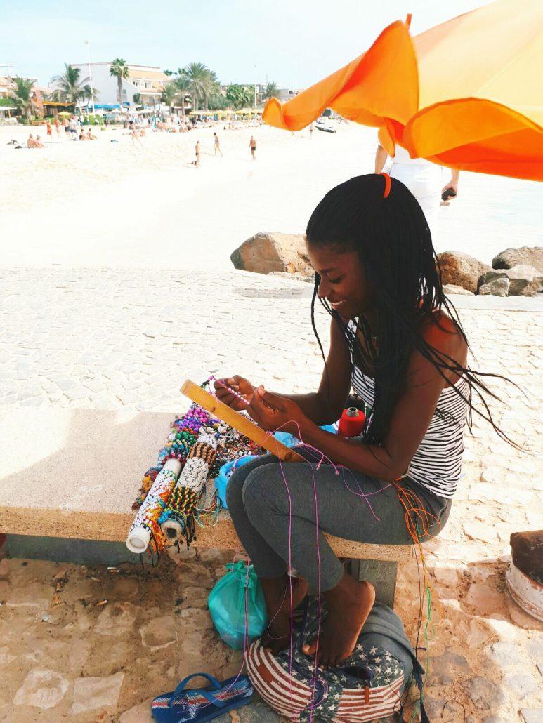 mercato di santa maria a capo vrde ragazza capoverdiana fa braccialetti