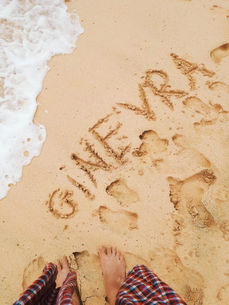 scritta sulla sabbia dorata di capo verde isola di sal