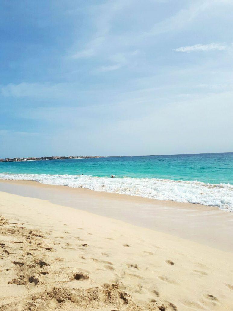 oceano atlantico nella spiaggia di capo verde isola di sal