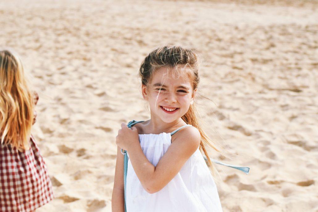 bambina in spiaggia a capo verde novembre