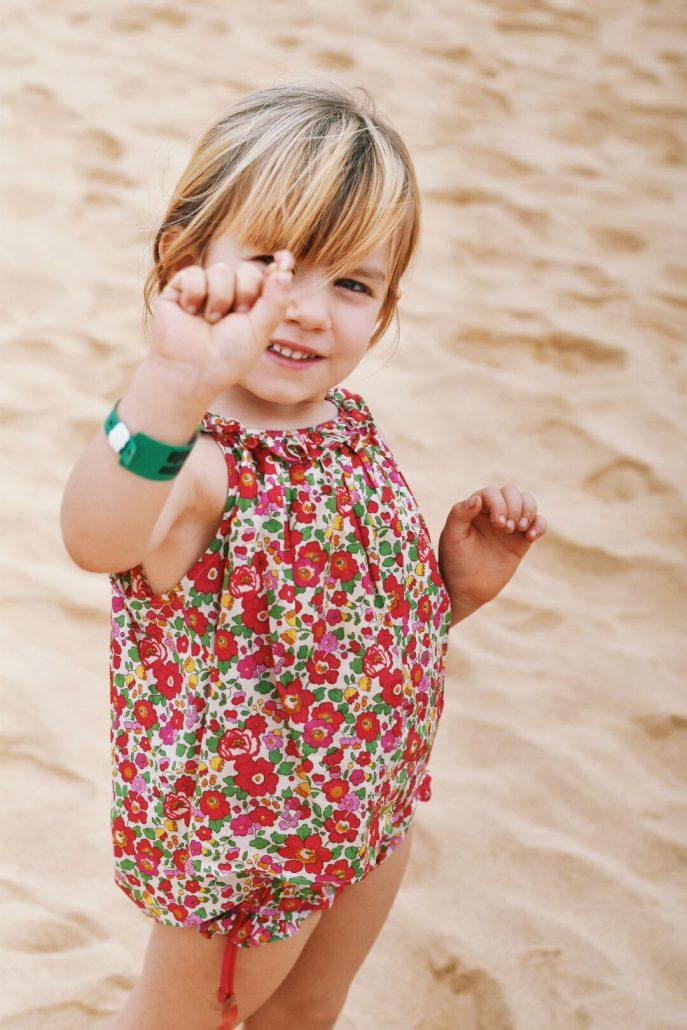 bambina raccoglie conchiglie nella spiaggia di sal a capo verde