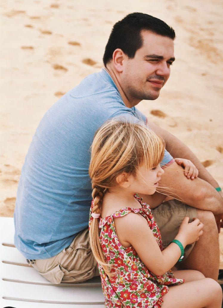 papà e figlia nella spiaggia del resort crioula a capo verde