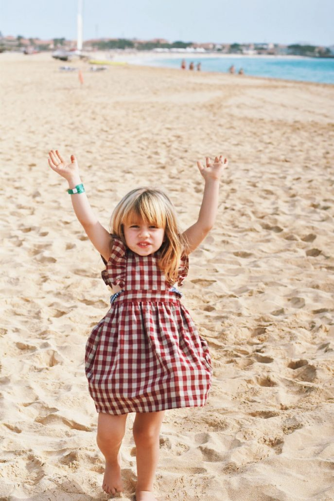bambina felice ulla spiaggia di capo verde in vacanza a sal