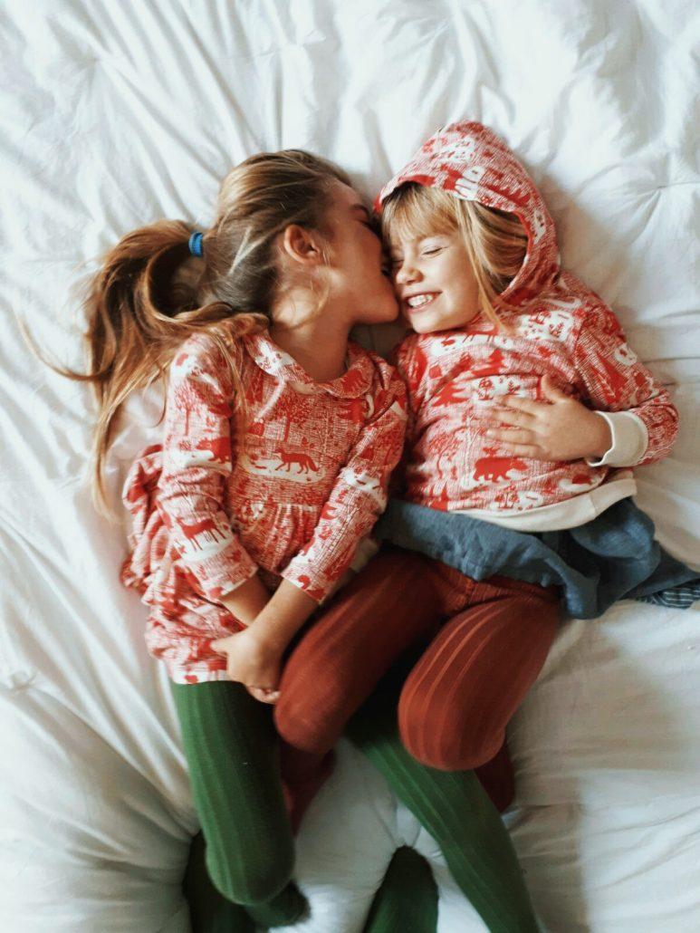 bambine indossano vestiti uguali mamma e figlia con stampa natalizia