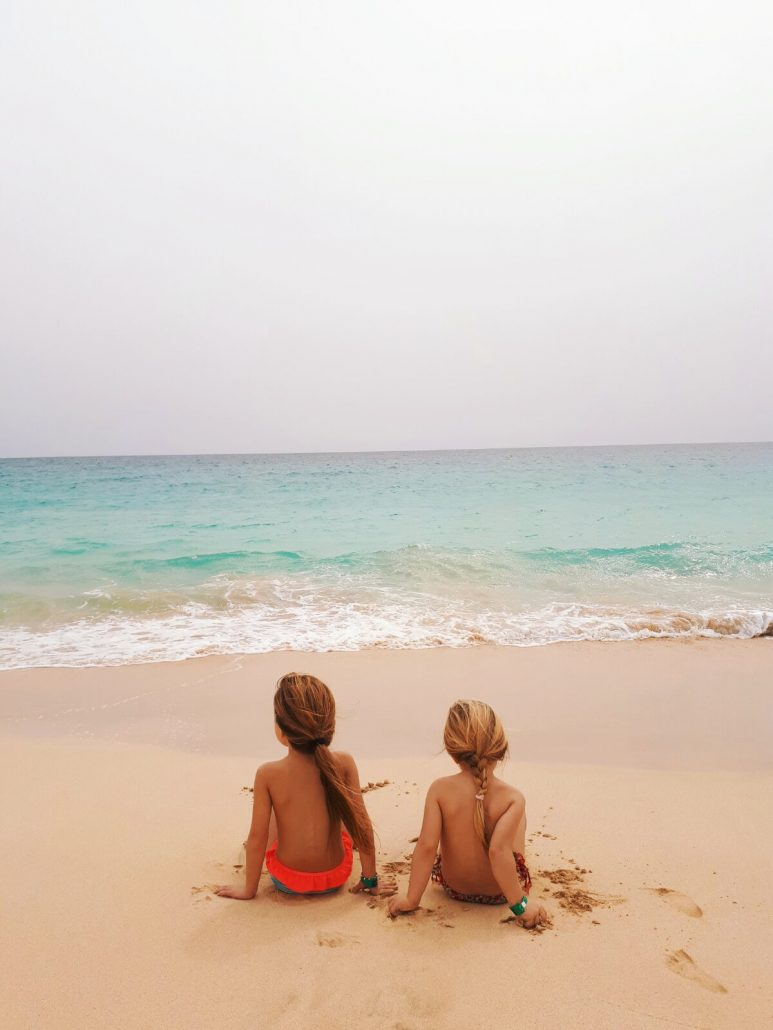 bambini in spiaggia durante viaggio a capo verde nell isola di sal