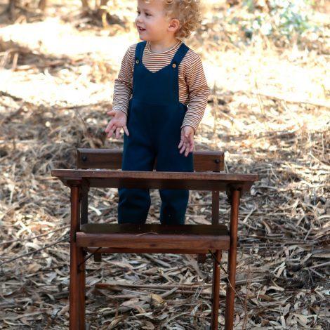 bambino indossa salopette invernale blu