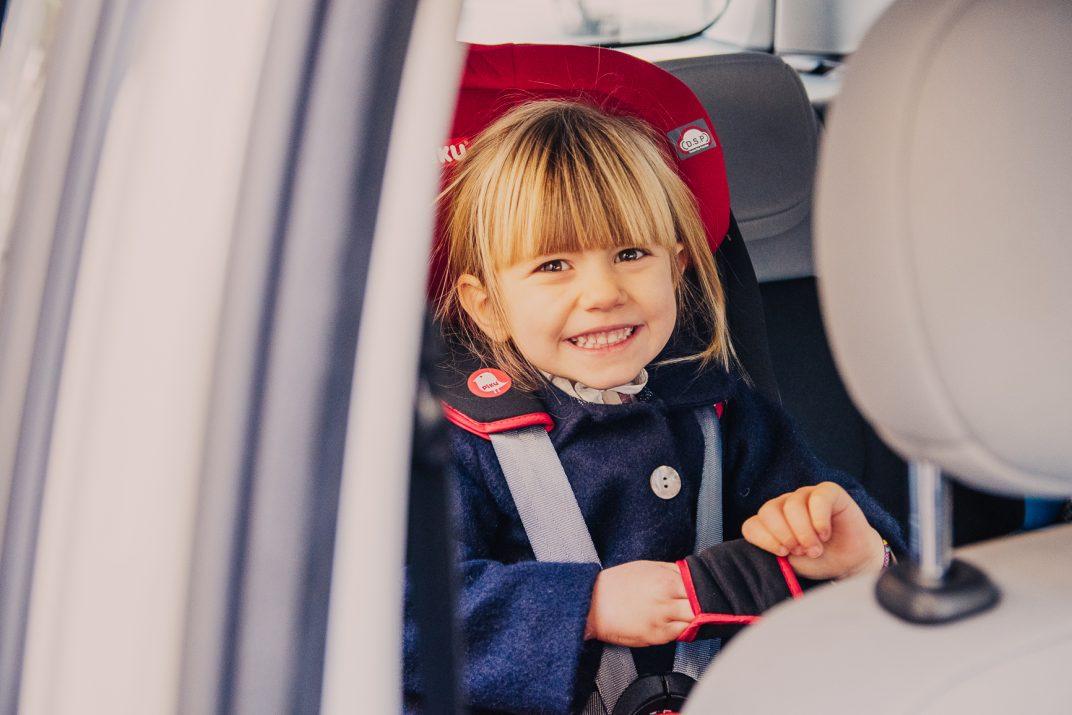 bambina-su-seggiolino-auto-per-sicurezza-stradale