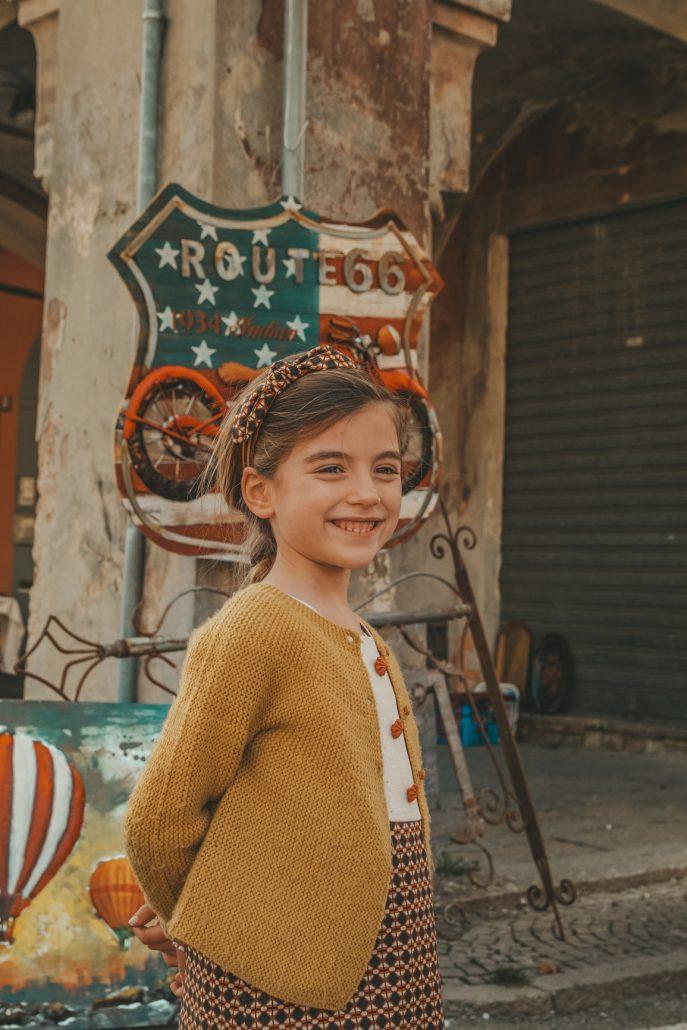 bambina indossa cerchietto per capelli ed abito in stile retrò ourgang