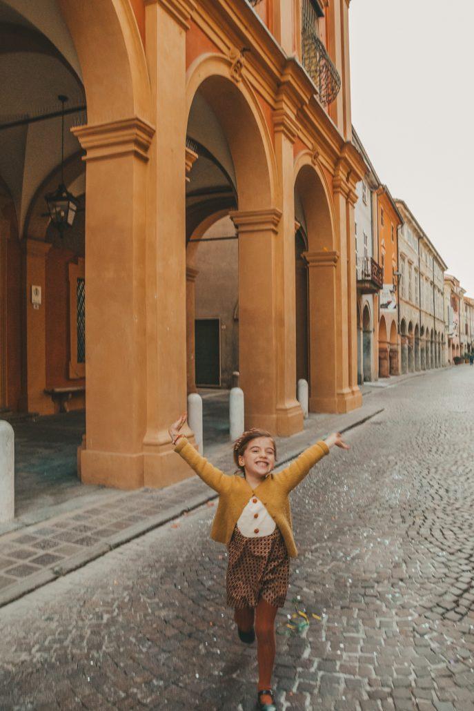 bambina indossa vestito ourgang sartoriale