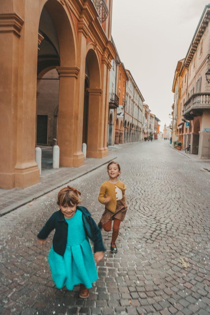bambine corrono con vestiti sartoriali dal gusto vintage di ourgang