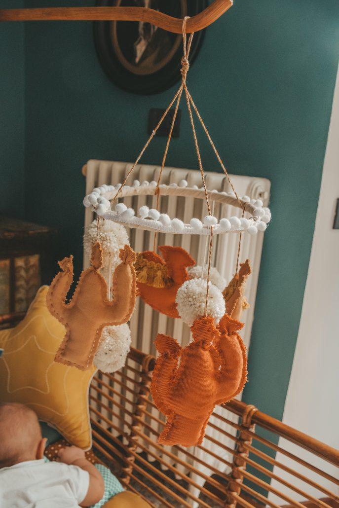 giostrina per culla neonato fatta a mano da cassetti e merletti