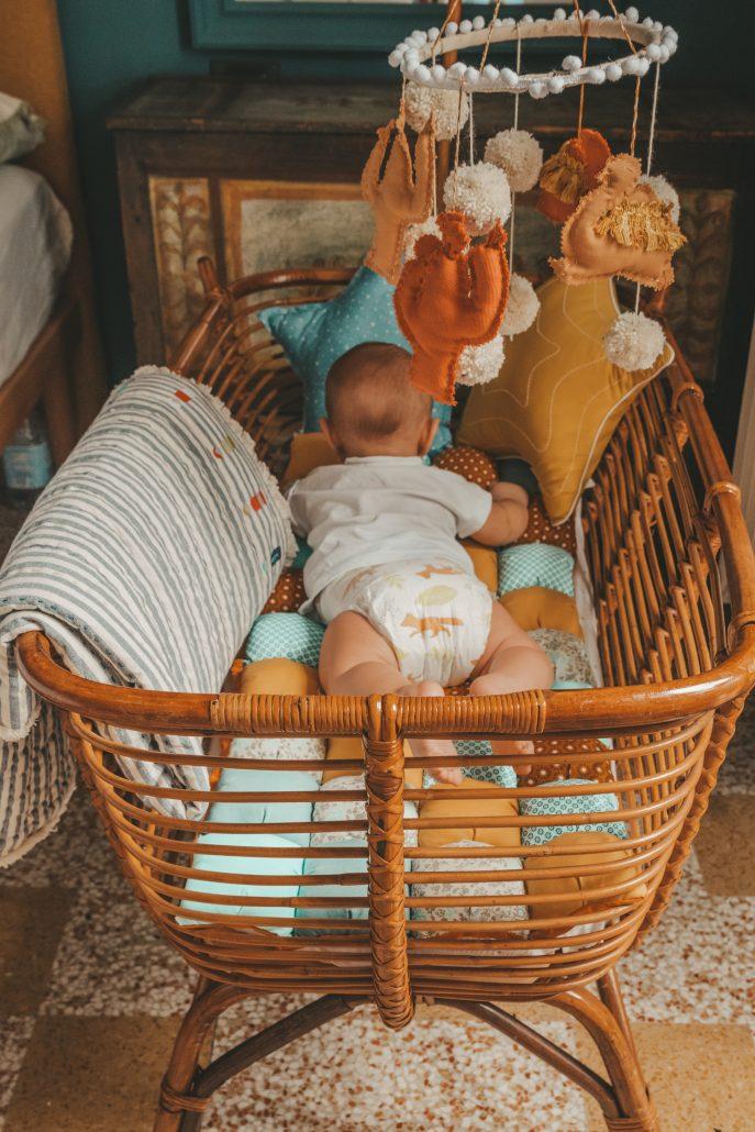 cameretta neonato con culla in vimini vintage e pannolini lillydoo