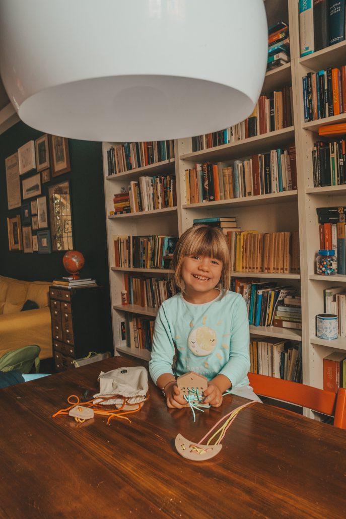 bambina gioca con giochi da fare a casa in legno montessoriani