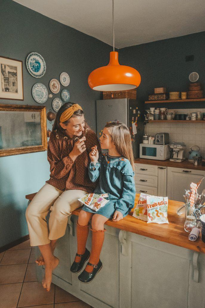 mamma e figlia mangiano caramelle fruittella senza gelatina animale