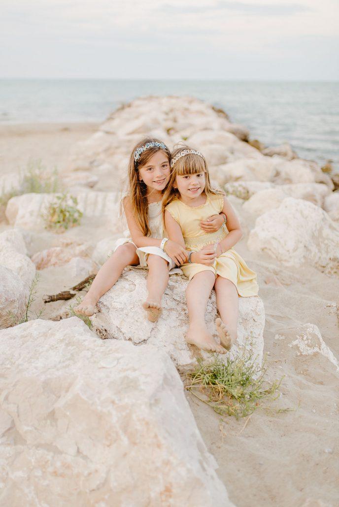 servizio fotografico di famiglia sorelle in abiti di Malvi e cerchietti personalizzati con nome di valentina solimene