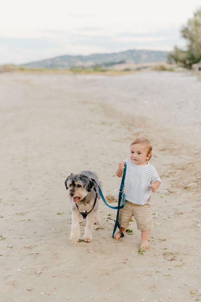 servizio fotografico di famiglia bambino con animale domestico cagnolino al guinzaglio