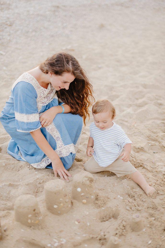 mamma e bambino giocano in spiaggia fotografo di famiglia in abruzzo