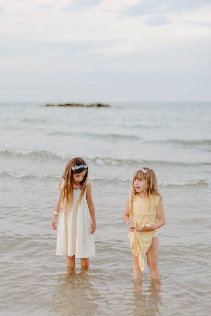 shooting fotografico bambini al mare in abiti malvi e cerchietti valentina solimene