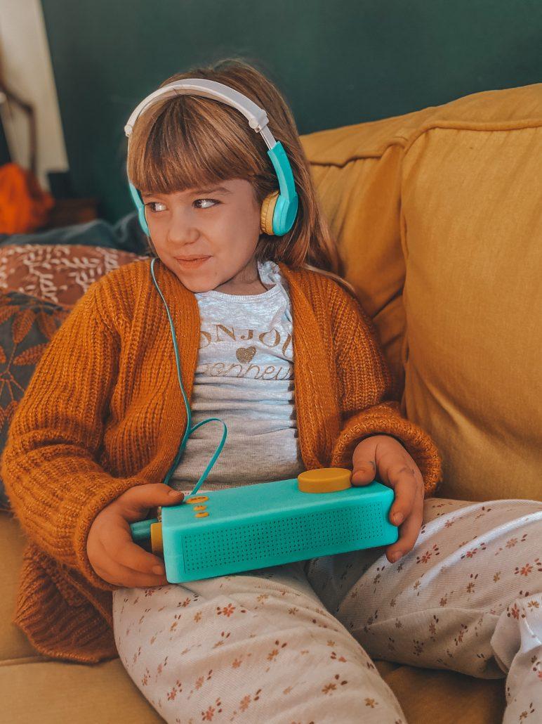 bambina ascolta storie per bambini raccontastorie lunii