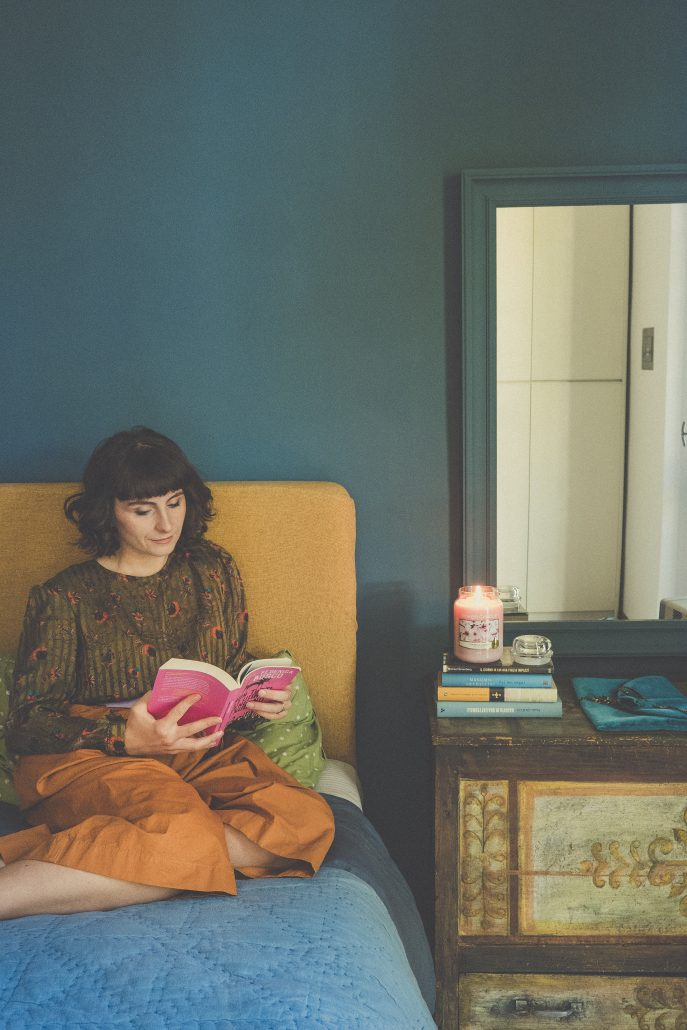 mamma legge libro con candela yankee candle